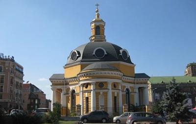 Курили и задували свечи: в Киеве девушки сняли видео в церкви