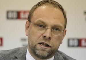 Власенко заявил, что не собирается покидать Украину
