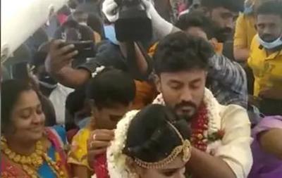 Индийская пара устроила свадьбу на борту самолета