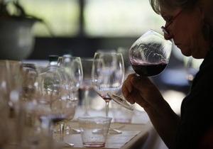 Британский сомелье установил рекорд, удержав в руке 51 бокал для вина
