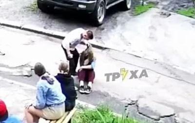 В Харькове подросток жестоко избил девушку