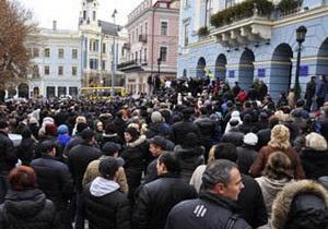 В Черновцах губернатор и глава облсовета скрылись от предпринимателей через черный ход