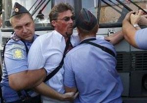 Милиционер получил ранение во время акции на Триумфальной площади в Москве (обновлено)
