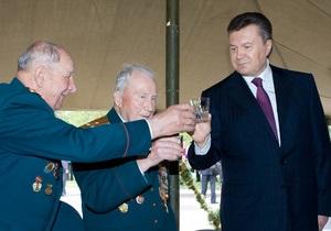 Чтобы стыдно не было: Янукович выпил полстакана водки. Не закусывая