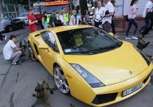 На Подоле неправильно припаркованный желтый Lamborghini заблокировал движение