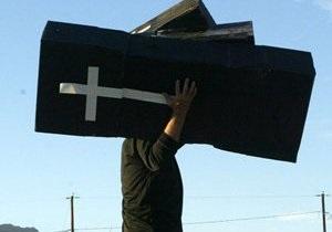 Российскому журналисту неизвестные поставили крышку гроба в подъезде