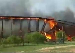 Мост в Техасе горит и рушится на глазах у пожарных - видео