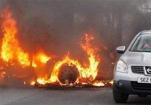 В Белфасте люди в масках подожгли автомобиль с полицейскими