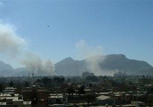 Атака смертников на Кабул: полиция продолжает бой с боевиками, центр города в огне
