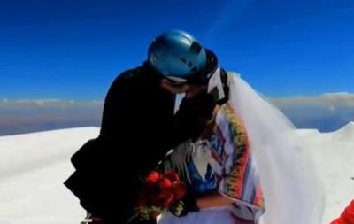 Пара из Боливии поженилась на самой высокой горе в Андах