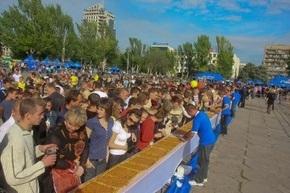 Новый рекорд Украины: в Запорожье на именины завода «Славутич» испекли гигантский пирог