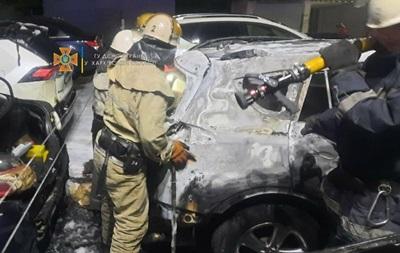 У Харкові на стоянці горіли шість автомобілів