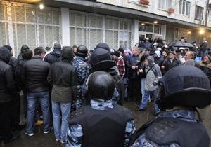 Пересчет в окружкоме №223: милиция кордоном оттеснила наблюдателей и журналистов