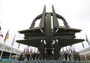 НГ: Янукович открыл для НАТО Украину