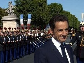 В День взятия Бастилии во Франции прошел традиционный военный парад  на Елисейских полях