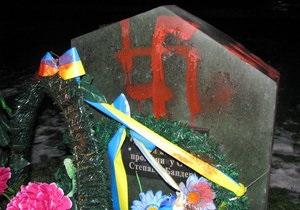 В Луцке неизвестные нарисовали свастику на памятном знаке Бандере