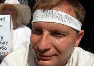 Скорая забрала под Украинским домом еще одного участника акции против языкового закона