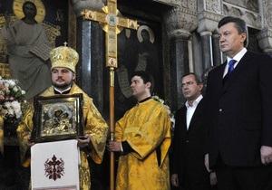 Янукович и Литвин приняли участие в Рождественской литургии в Свято-Успенской Почаевской Лавре