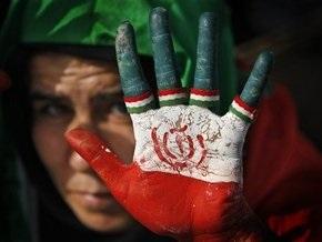 В Киеве иранцы у своего посольства протестуют против результатов президентских выборов