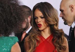 Во время концерта Рианна ударила поклонника микрофоном