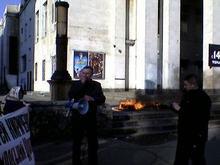 Жители Херсона сожгли чучело мэра
