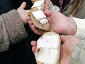 Жители Луцка изготовили гигантский бутерброд c салом