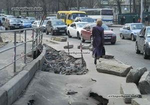 Киевавтодор назвал причины провала асфальта возле станции метро Васильковская