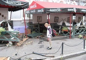 ДТП в Киеве: джип снес летние площадки двух ресторанов на Подоле