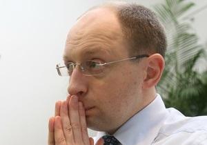 Яценюк требует ввести запрет на закрытие украиноязычных школ