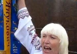 Женщину, повредившую венок Януковича, наградили лентой  несгибаемый патриот Украины