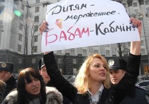Фотогалерея: Блондинкам здесь не место. Активисток FEMEN не пустили в Кабмин Азарова