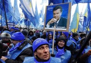 За спиной Азарова повесили портрет Януковича