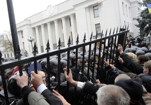 Возле Рады восстановили забор, укрепив его бетоном