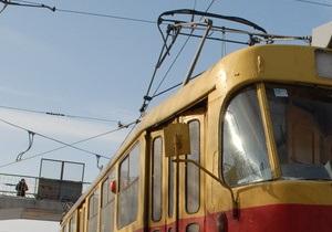 В Киеве на Позняках трамвай сошел с рельсов