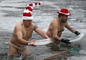 Фотогалерея: Рождественское плавание – в шапочках и без штанов