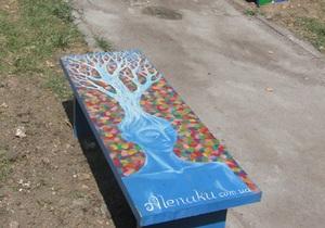 В центре Киева на Прорезной появились авторские скамейки