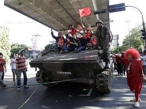 В Бангкоке демонстранты захватили танк