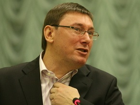 Луценко призвал милицию усилить борьбу с вандализмом на кладбищах