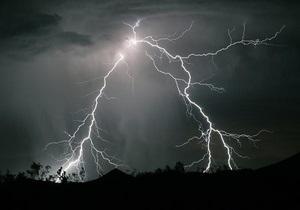 В Харьковской области удар молнии уничтожил несколько деревянных построек