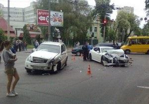В центре Киева столкнулись Porsche и SsangYong, трое пострадавших
