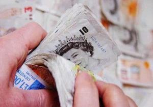 СМИ сравнили зарплаты украинских профессоров и уборщиков королевского дворца в Британии