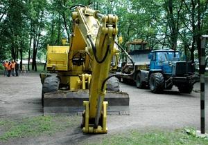 В Харькове неизвестные сломили сопротивление противников вырубки парка: тяжелая техника начала работу