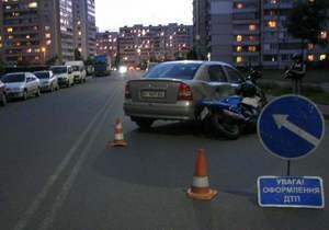 В Киеве мотоцикл врезался в Opel