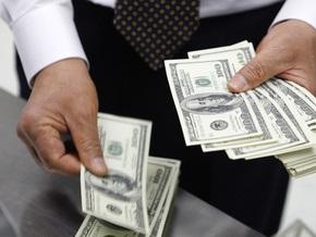 На межбанке снизился курс доллара, евро растет