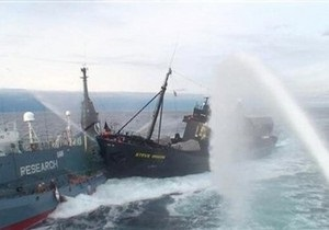 Судно экологов атаковало японский китобой у берегов Австралии
