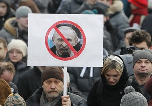 В Москве оппозиционеры устроили шествие, перекрыв движение по Тверской. Задержаны около 100 человек