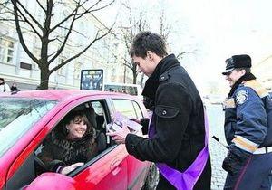 Столичные инспекторы ГАИ подарили торты женщинам-водителям