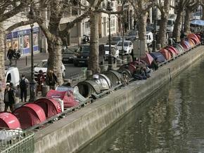 Из-за похолоданий парижские бездомные захватили спортзал