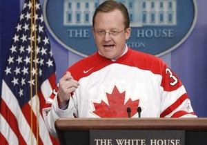 Проспоривший пресс-секретарь Белого дома провел брифинг в хоккейном свитере
