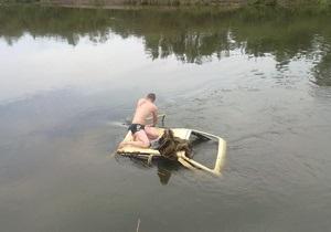 В Киевской области Таврию занесло в реку. Водитель спасся, взобравшись на крышу авто
